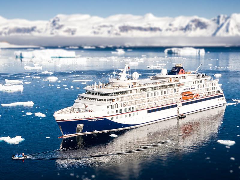 hanseatic kreuzfahrtschiff in der antarktis