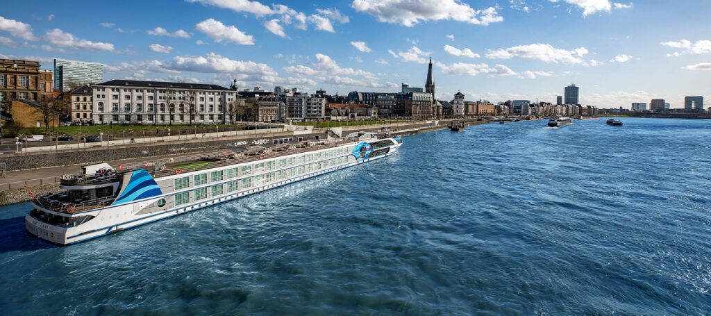 flusskreuzfahrtschiff von viva cruises auf dem wasser